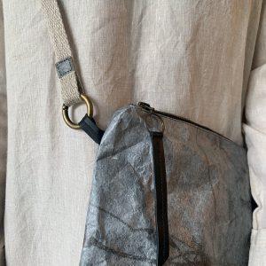 תיק 'טוקיו' | Tyvek Cross-body Clutch Bag